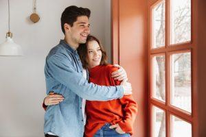 mann og kvinne søker sammen om finansiering