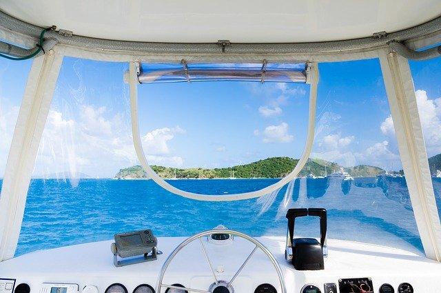 Ombord båten med skjærgård i syne.