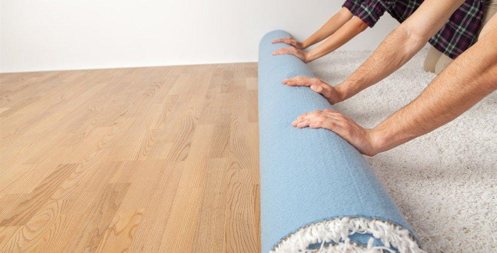 Bilde av teppe som rulles ut.