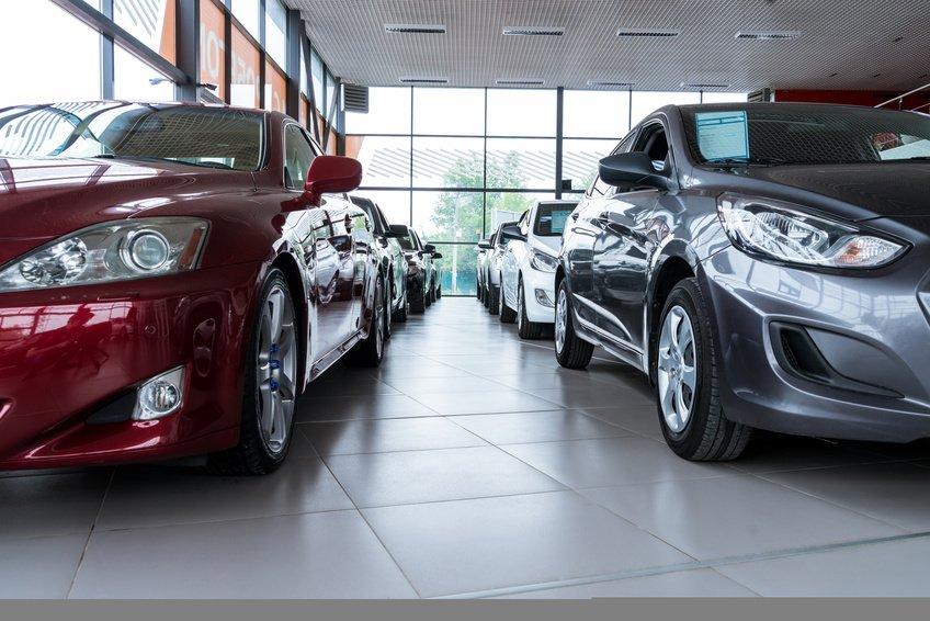 Bilde av bilforhandler med nye biler.