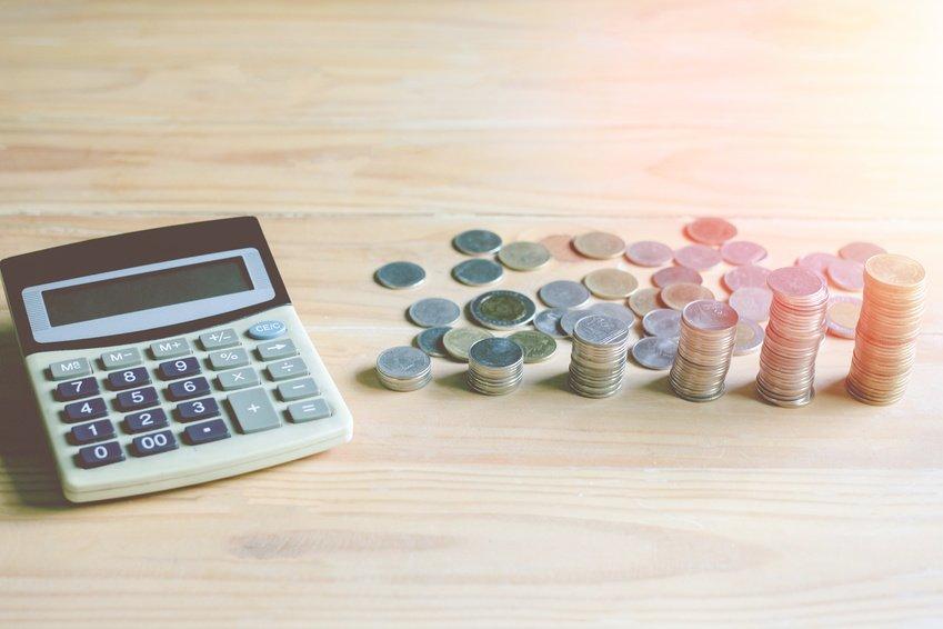 Bilde av kalkulator og mynter.