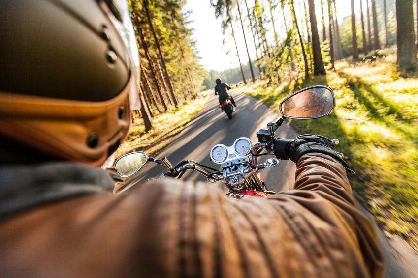 mann kjører motorsykkel