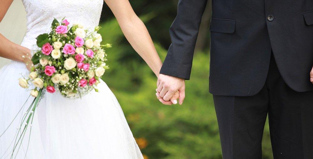 BIlde av mann og kone som holder hender.